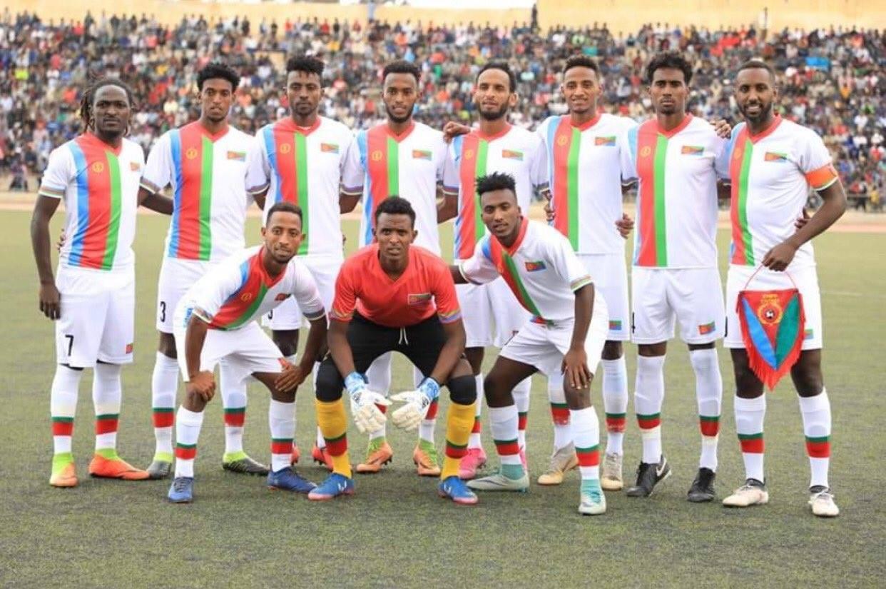 Ezana w barwach reprezentacji Erytrei (drugi od prawej w górnym rzędzie)
